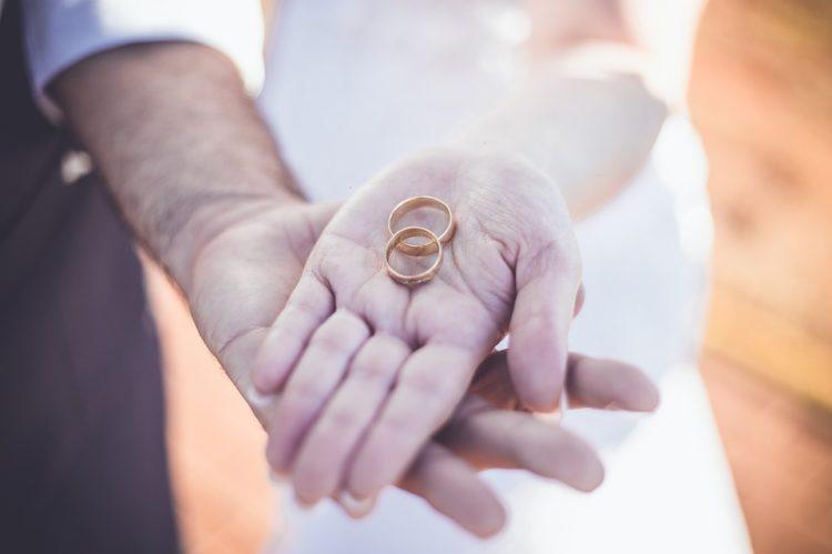 alliance ou bague de fiançailles