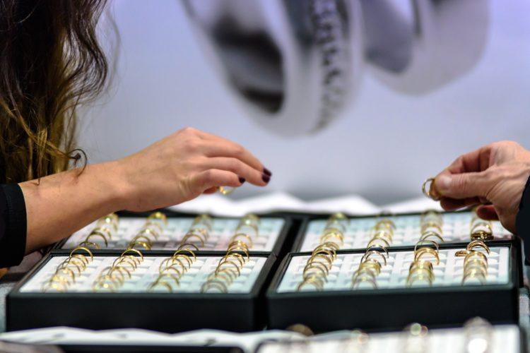 Choisir entre bijouterie en ligne et magasin physique pour son mariage